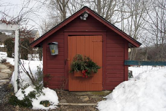 Roseledge Country Inn and Farm Shop: Shed by the walkway/parking lot