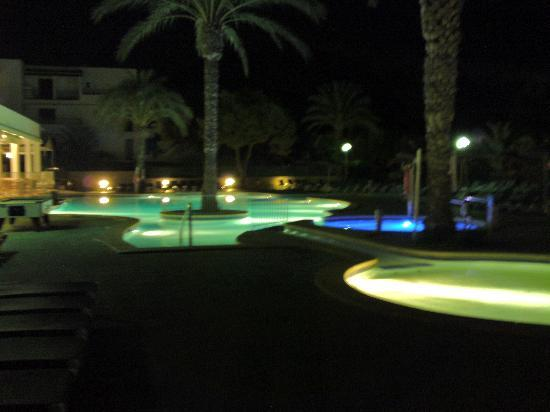 Apartamentos Cala d'Or Playa: Pool at night