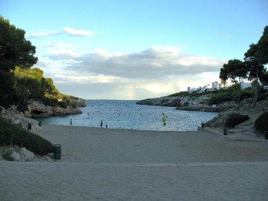 Apartamentos Cala d'Or Playa: Cala Esmerelda with slight rainbow in distance
