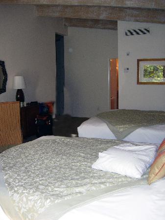 Rancho Bernardo Inn: view in room toward entry way