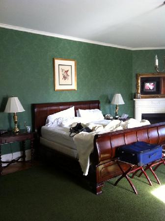 Beaumont Inn: king size bed