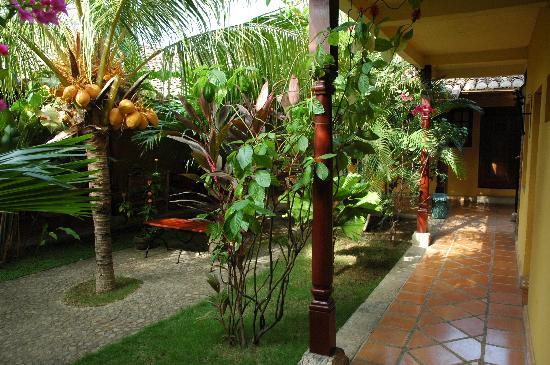 Hotel La Pérgola: another view of the patio