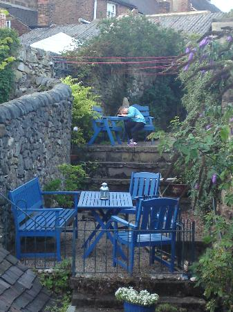 Wirksworth, UK: Our daughter enjoying the garden at Number 37.