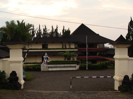 Baturaden, Indonesien: Hoteleinfahrt