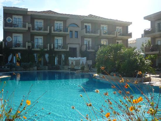Achtis Hotel: Pool with Rooms in background