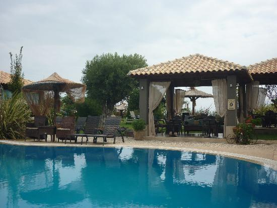 Achtis Hotel: Seating Areas around Pool