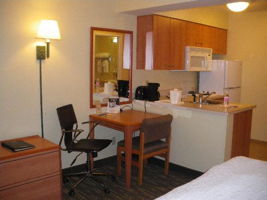 BEST WESTERN PLUS Navigator Inn & Suites: Kitchen and work desk area