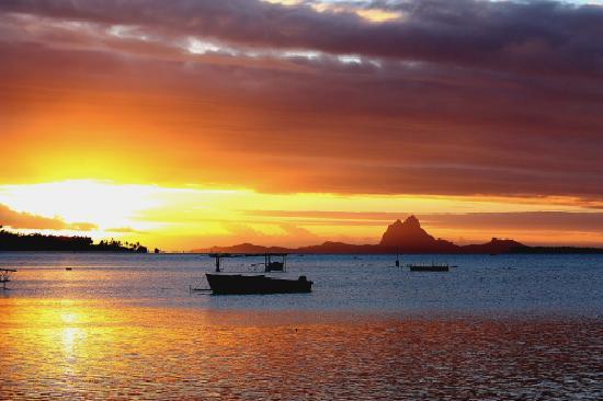 Il tramonto dal pontile del Fare Pea Iti