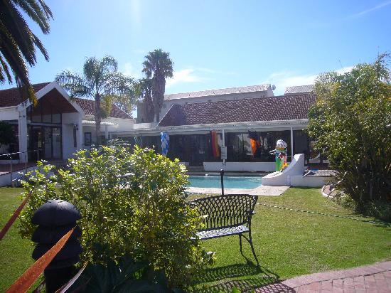 wunderschöner garten mit pool - picture of kolping guest house, Best garten ideen