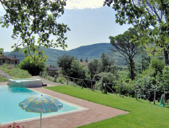 Agriturismo Pilari : Looking down the valley across the pool