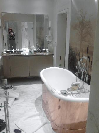Coworth Park - Dorchester Collection: Gardeners Cottage Bathroom