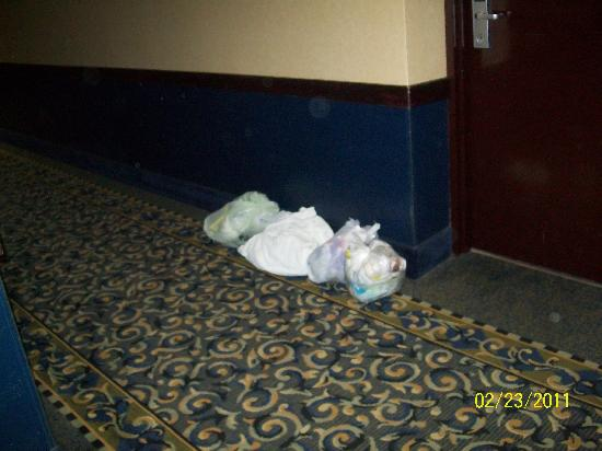 Coldwater, Мичиган: garbage accumulating in hall