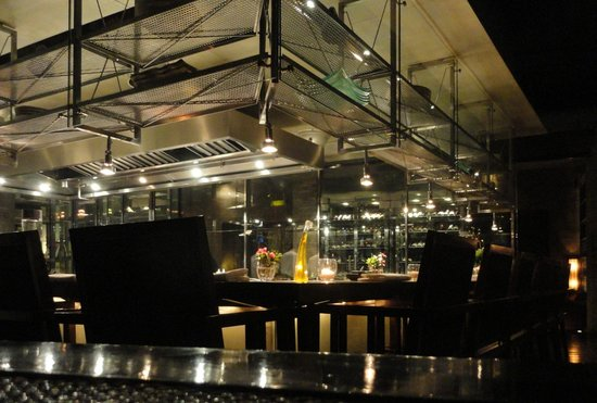 T8 Restaurant and Bar: Food Bar at T8 with a view of the cook