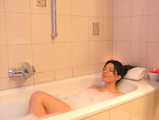 Hotel Pension Herbert: Bathroom with tube
