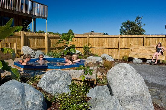 Alpine-Pacific Holiday Park: Spa hot tub image
