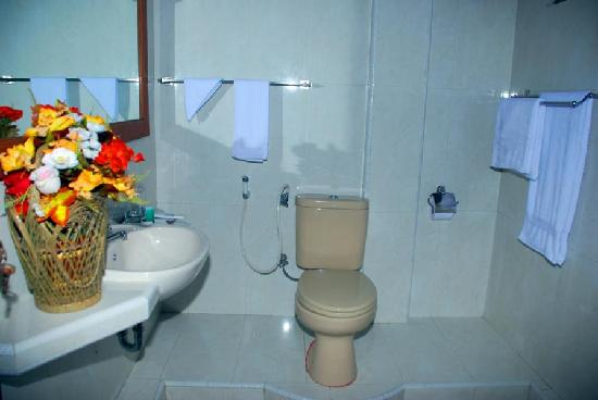 Patuno Resort Wakatobi: Western style bathroom with hot showers