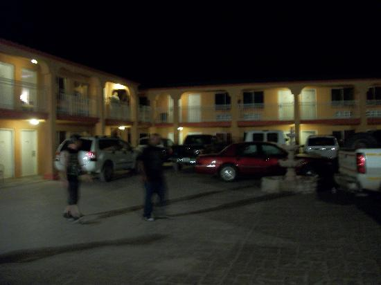 Econo Lodge Pecos: Parking
