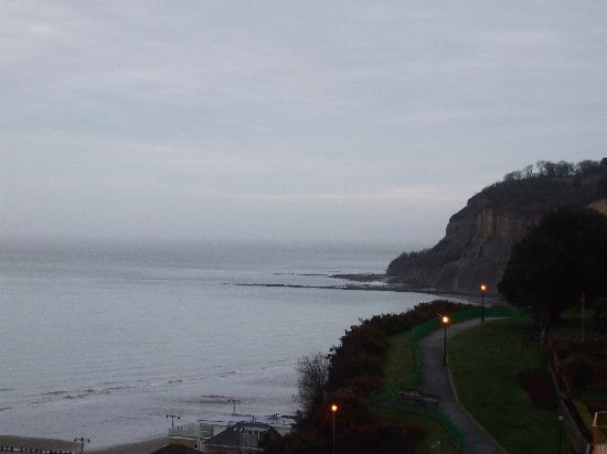 Ocean View Hotel: looking toward shanklin chine from our balcony
