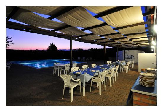 Agriturismo Agriclub Le Giare: la piscina ed il ristorante dell'agriturismo