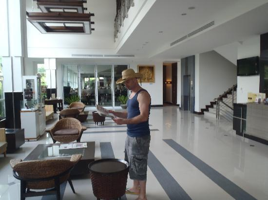 Nora Chaweng Hotel: Checkin the paper in the lobby