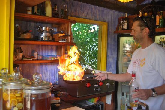 Villa Pedasia : Fabian haciendo comida.