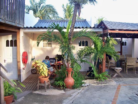 Blue Divers Resort: Courtyard  porch area