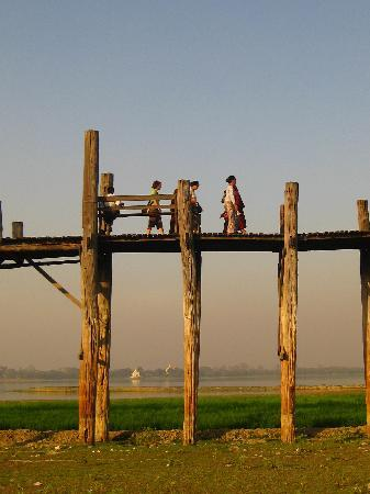 Amarapura, Birmania: The bridge is important to the dwellers nearby.