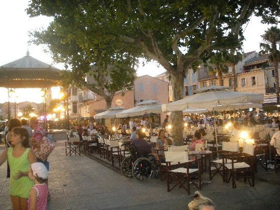 Sanary-sur-Mer, Francia: Locali sulla Passeggiata
