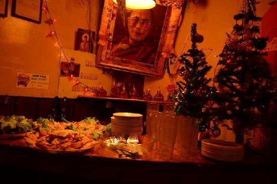 Lhasa Restaurant: Counter wiht deliciouse food