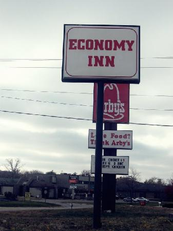 Economy Inn West Chester: Sign.