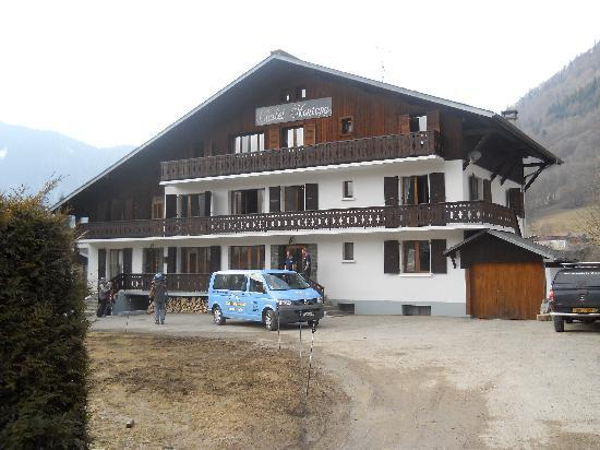 Chalet Le Montana : Chalet from the driveway - although no snow to be seem, there was loads 5 minutes up the road in