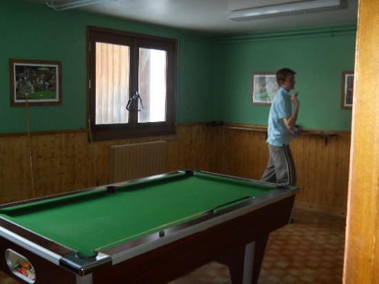 Chalet Le Montana : Playing darts in the games room