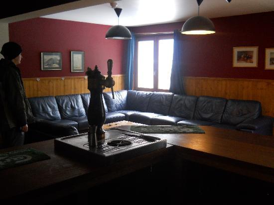 Chalet Le Montana: Super comfy bar/lounge with woodburner