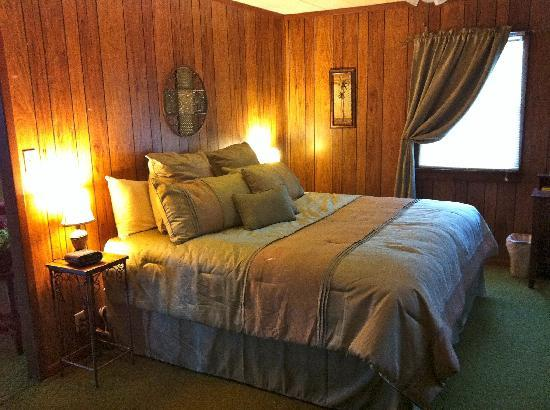 The Westside Guest House: Guests in the Eastview Suite enjoy the king-size bed.