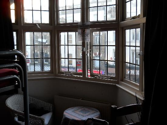 St Christopher's Inn Camden: Sitting Area in room with Bay Window