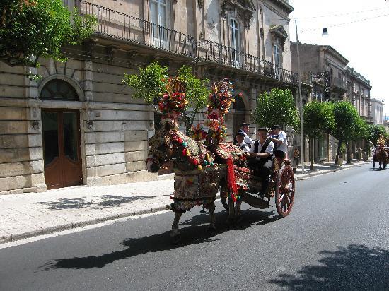 Donnalucata, Italy: Sfilata di carretti siciliani nella vicina Ragusa
