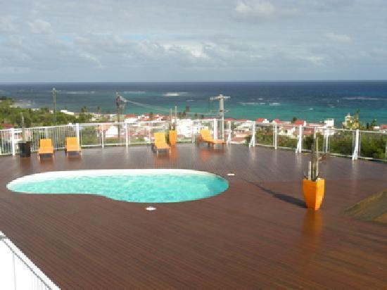 """Capesterre, Guadeloupe: une des 2  piscines avec vue """"lagon"""""""