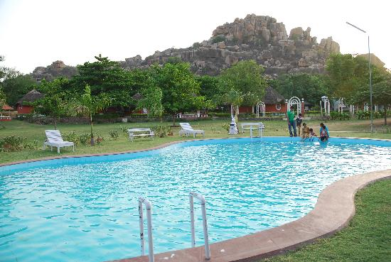 Kishkinda Heritage Resort: Swimming pool and cottages