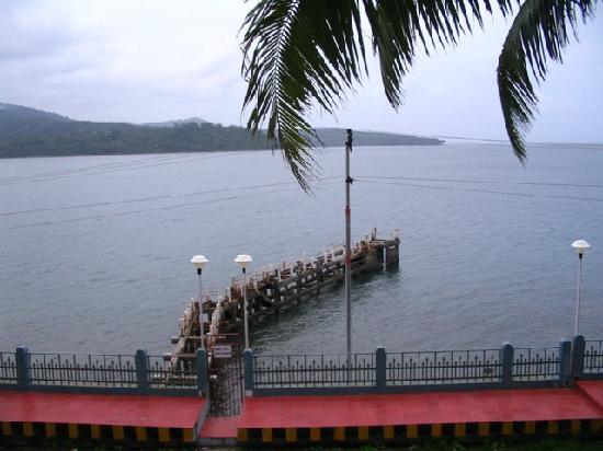 Fortune Resort Bay Island: Pier connecting the hotel to the sea