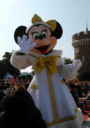Tokyo Disneyland: アトラクションは声だけだけど、城の前では生出演♡