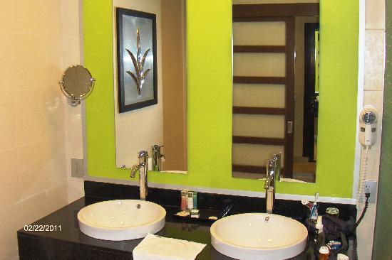 Hotel Riu Plaza Panama: Double sinks in bathroom.