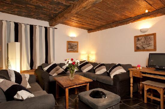 Auberge sur la Montagne: Our lounge with comfy sofas