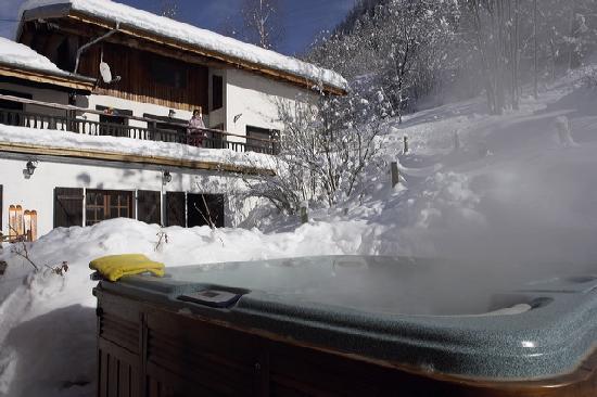 Auberge sur la Montagne: Our hot tub (we also have a sauna)