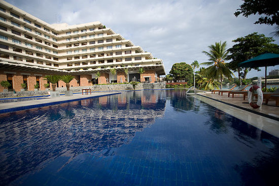 Cinnamon Lakeside Colombo: Pool overlooking the Beira Lake