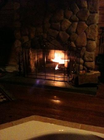 Arrowhead Inn: wood burning fireplace