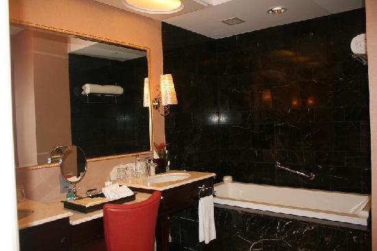 Maxims Hotel - Resorts World Manila: Bathroom