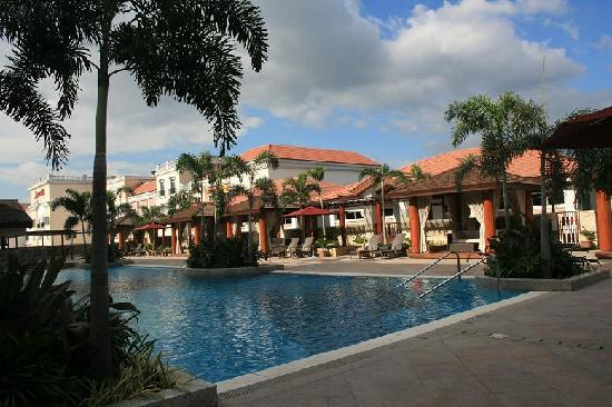 Maxims Hotel - Resorts World Manila: Another view of the pool area
