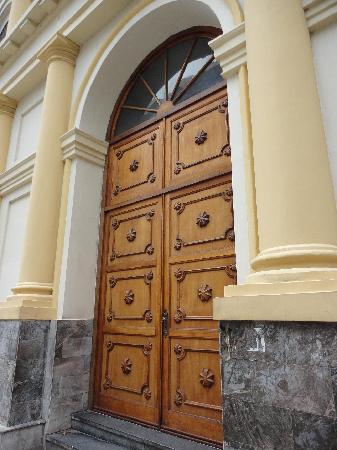 Asunción, Paraguay: Puerta principal del Teatro de la Ópera
