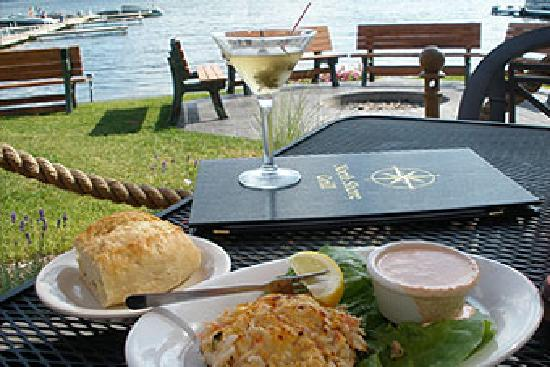 North Shore Grill: Crab cakes and cocktails