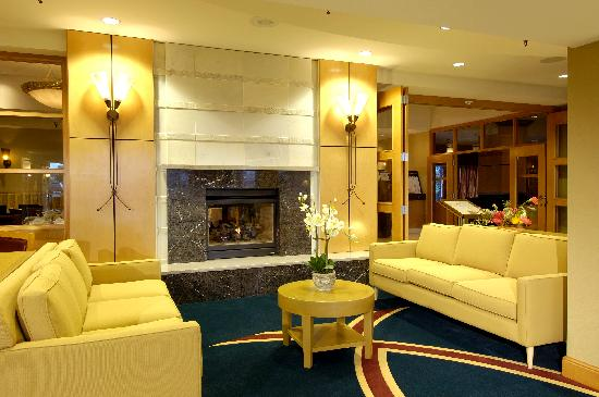Holiday Inn Downtown Everett: Lobby Fireplace